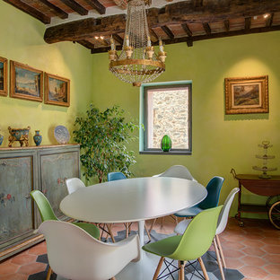 Idee per una sala da pranzo mediterranea con pareti verdi, pavimento in terracotta, nessun camino, pavimento arancione e travi a vista