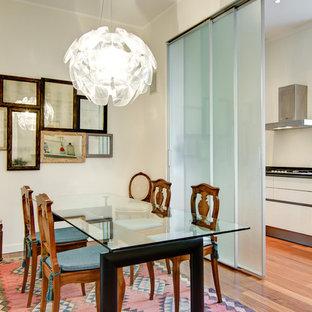 Idee per una sala da pranzo design di medie dimensioni con pavimento in legno massello medio, pareti bianche e nessun camino