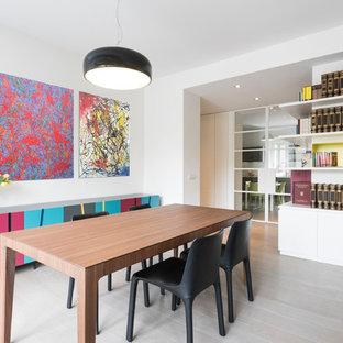 Esempio di una sala da pranzo aperta verso il soggiorno design di medie dimensioni con pareti bianche, pavimento beige e parquet chiaro