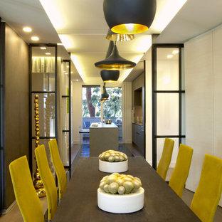 Esempio di una piccola sala da pranzo design chiusa con pareti multicolore