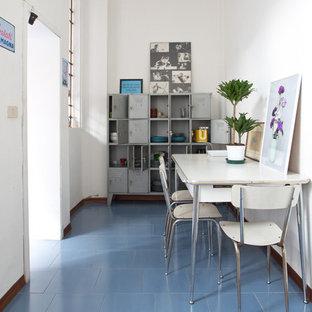 Ispirazione per una grande sala da pranzo aperta verso la cucina boho chic con pareti bianche, pavimento con piastrelle in ceramica, nessun camino e pavimento blu