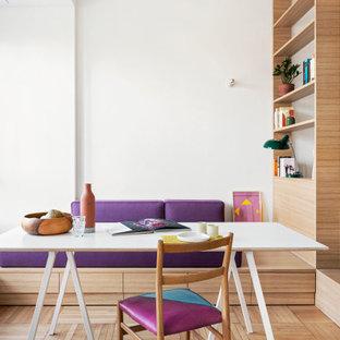Immagine di una sala da pranzo aperta verso il soggiorno contemporanea di medie dimensioni con pareti bianche e pavimento beige