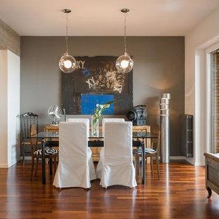 Idee per una grande sala da pranzo aperta verso il soggiorno minimal con pareti grigie e parquet scuro