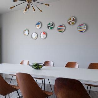 Idee per una sala da pranzo moderna di medie dimensioni con pareti bianche e pavimento in marmo