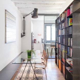 Idee per una sala da pranzo contemporanea con pareti grigie e parquet chiaro