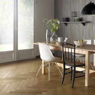 Esempio di una sala da pranzo nordica con pareti bianche, pavimento in legno massello medio e pavimento marrone