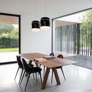 Ispirazione per una sala da pranzo moderna con pareti bianche, nessun camino e pavimento grigio