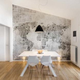 Immagine di una sala da pranzo contemporanea con pareti bianche, parquet chiaro e pavimento beige