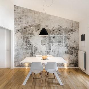 Idee per una sala da pranzo aperta verso il soggiorno design di medie dimensioni con pareti multicolore, pavimento in legno massello medio, nessun camino e pavimento marrone