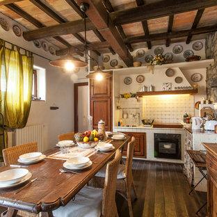 Esempio di una sala da pranzo aperta verso la cucina mediterranea con pareti beige, parquet scuro e pavimento marrone