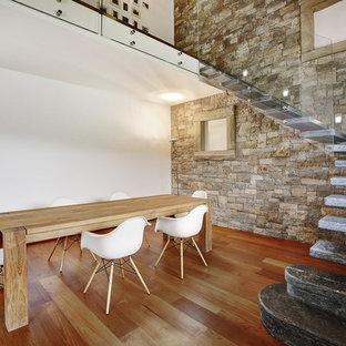Modelo de comedor rústico con paredes blancas y suelo de madera en tonos medios