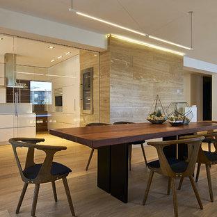 Esempio di una sala da pranzo aperta verso il soggiorno design con pareti beige, pavimento in legno massello medio e nessun camino