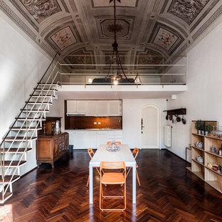 Esempio di una sala da pranzo aperta verso il soggiorno mediterranea con pareti bianche, parquet scuro e pavimento marrone