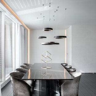 Idee per una grande sala da pranzo aperta verso il soggiorno contemporanea con pareti bianche, pavimento in legno verniciato, nessun camino e pavimento nero