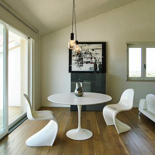 Ispirazione per una sala da pranzo aperta verso il soggiorno minimalista con pareti bianche e pavimento in legno massello medio