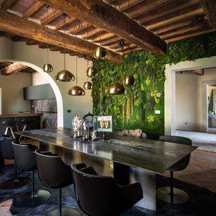 Idéer för stora lantliga separata matplatser, med gröna väggar, tegelgolv och rött golv