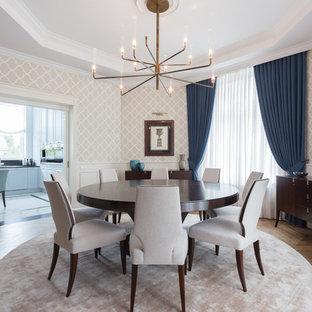 Immagine di una sala da pranzo classica chiusa con pareti multicolore, pavimento in legno massello medio e nessun camino
