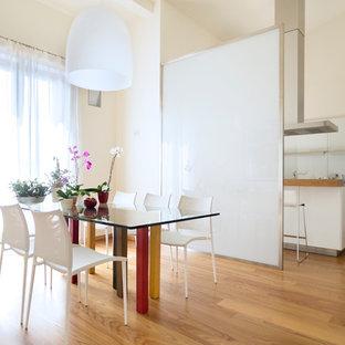 Immagine di una sala da pranzo aperta verso la cucina contemporanea con pareti beige, pavimento in legno massello medio e pavimento marrone