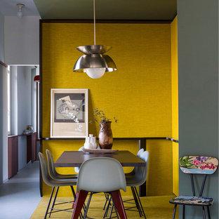 Idées déco pour une petite salle à manger ouverte sur le salon rétro avec un mur jaune et moquette.