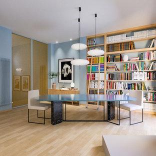 Idee per una sala da pranzo aperta verso il soggiorno minimal di medie dimensioni con pareti blu, parquet chiaro e pavimento beige
