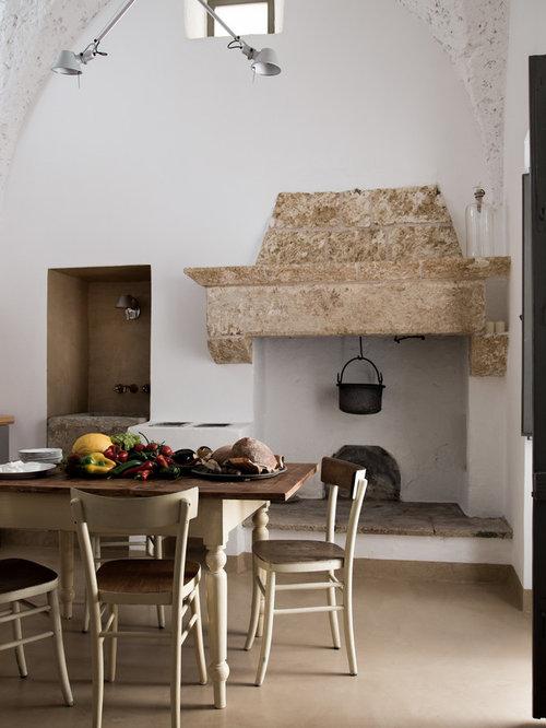 Sala da pranzo aperta verso la cucina con camino classico - Foto ...