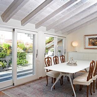 Immagine di un'ampia sala da pranzo aperta verso il soggiorno classica con pareti beige, pavimento in legno massello medio e pavimento marrone
