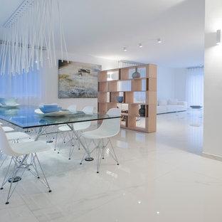 Diseño de comedor contemporáneo, grande, abierto, con paredes blancas y suelo de mármol