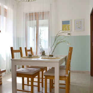 Immagine di una sala da pranzo stile marinaro con pareti blu, camino classico, cornice del camino in mattoni e pavimento beige
