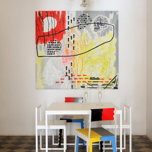 Ispirazione per una sala da pranzo eclettica di medie dimensioni con pareti bianche, pavimento con piastrelle in ceramica, pavimento multicolore e nessun camino