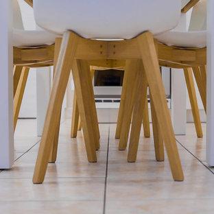 Foto di una piccola sala da pranzo aperta verso il soggiorno minimal con pareti beige, pavimento con piastrelle in ceramica e pavimento rosa