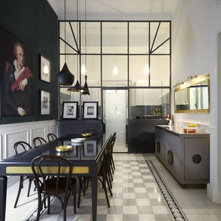 Idee per una sala da pranzo aperta verso la cucina minimalista di medie dimensioni con pareti bianche, pavimento con piastrelle in ceramica, camino classico, cornice del camino in legno e pavimento beige