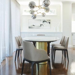 Esempio di una sala da pranzo aperta verso il soggiorno contemporanea con parquet scuro, pavimento marrone e pareti beige