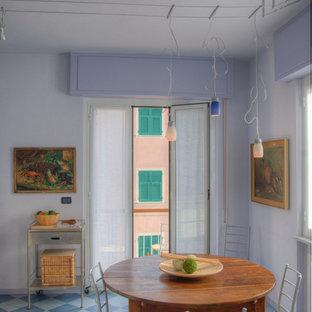 Ispirazione per una piccola sala da pranzo aperta verso la cucina stile marino con pareti blu e pavimento blu