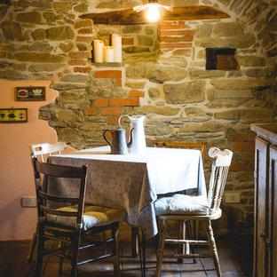Immagine di una piccola sala da pranzo aperta verso il soggiorno country con parquet scuro e pavimento marrone