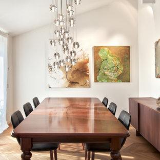 Immagine di una sala da pranzo design chiusa e di medie dimensioni con pareti bianche, parquet chiaro e pavimento beige