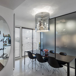 Foto di una sala da pranzo aperta verso la cucina minimal di medie dimensioni con pareti bianche, pavimento in marmo e pavimento bianco