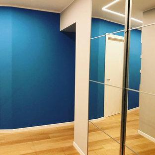 Idee per una grande sala da pranzo aperta verso la cucina minimalista con pareti viola, pavimento in legno massello medio e pavimento verde