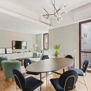 Foto di una sala da pranzo aperta verso il soggiorno minimal con pareti grigie, pavimento in legno massello medio e pavimento marrone