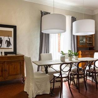 Свежая идея для дизайна: столовая в классическом стиле с бежевыми стенами, красным полом и полом из терракотовой плитки - отличное фото интерьера