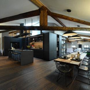 Immagine di una sala da pranzo aperta verso il soggiorno minimal con pareti bianche, parquet scuro e pavimento marrone