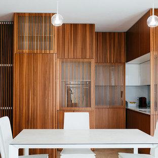Immagine di una piccola sala da pranzo aperta verso la cucina design