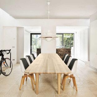 Idee per una sala da pranzo contemporanea con pareti grigie e pavimento beige