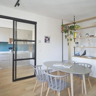 Immagine di una piccola sala da pranzo scandinava con pareti bianche e parquet chiaro