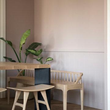 Sala da Pranzo | Dettaglio tavolo, sgabelli, panca e boiserie