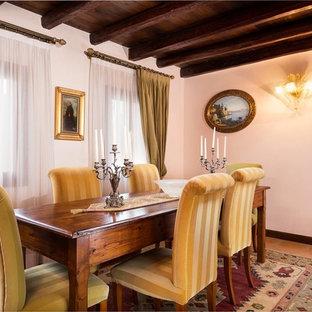 Esempio di una grande sala da pranzo tradizionale con pareti bianche e pavimento in terracotta