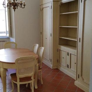 Diseño de comedor romántico, grande, con paredes blancas, suelo de ladrillo y suelo naranja