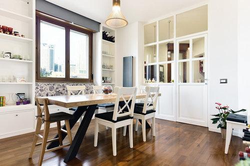 Parete vetrata in legno tra cucina e sala da pranzo