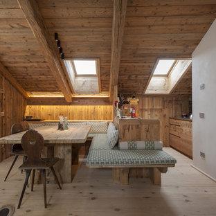 Idee per una sala da pranzo rustica con parquet chiaro