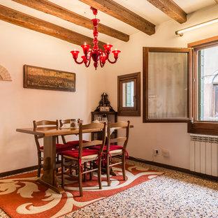 Esempio di una sala da pranzo aperta verso la cucina bohémian con pareti beige, nessun camino e pavimento multicolore