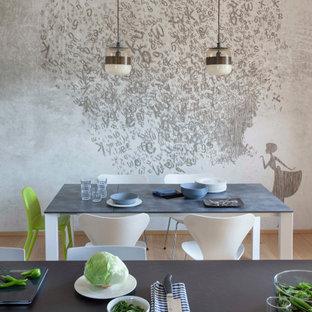 Immagine di una sala da pranzo aperta verso la cucina contemporanea di medie dimensioni con pareti grigie, pavimento beige e carta da parati